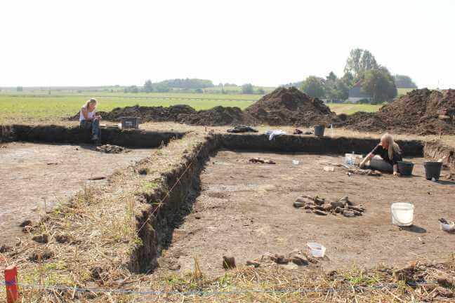 Putzen eines archäologischen Planums.